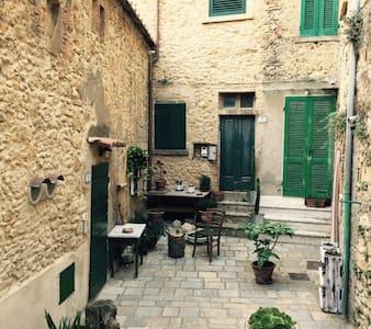 Casina nel centro storico di Casale Marittimo - Casale Marittimo