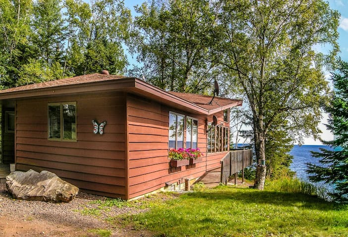 The Lutsen House is the perfect Lake Superior getaway with breathtaking views, luxury accommodation, fresh air yet just minutes to the Lutsen Ski Hill, Superior National Golf Course plus hiking, biking, x-county skiing and snowmobiling trail heads
