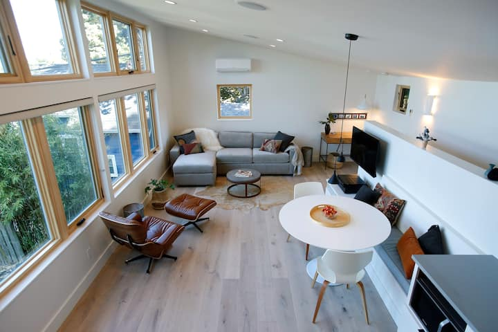 TheSteelAway- Cozy Modern Retreat 2-bedroom 2-bath