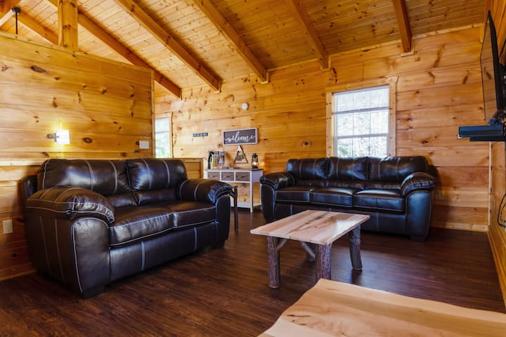 ⭐️Arts & Crafts Cabin⭐️ | Hot Tub, ♛King Bed + Pkg