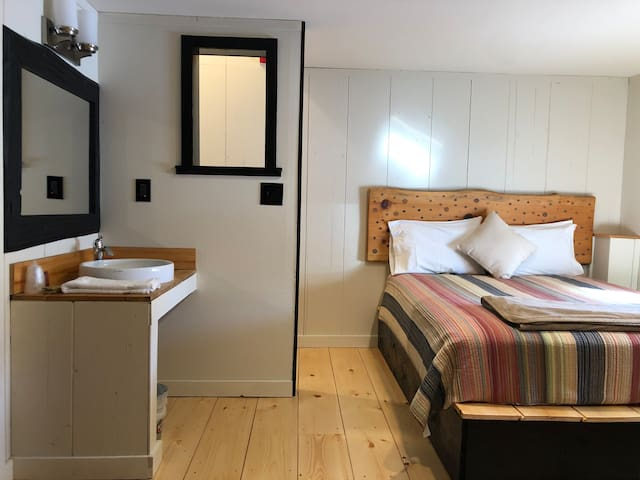 Queen with Twin Bunk Bed - The Trailside Inn