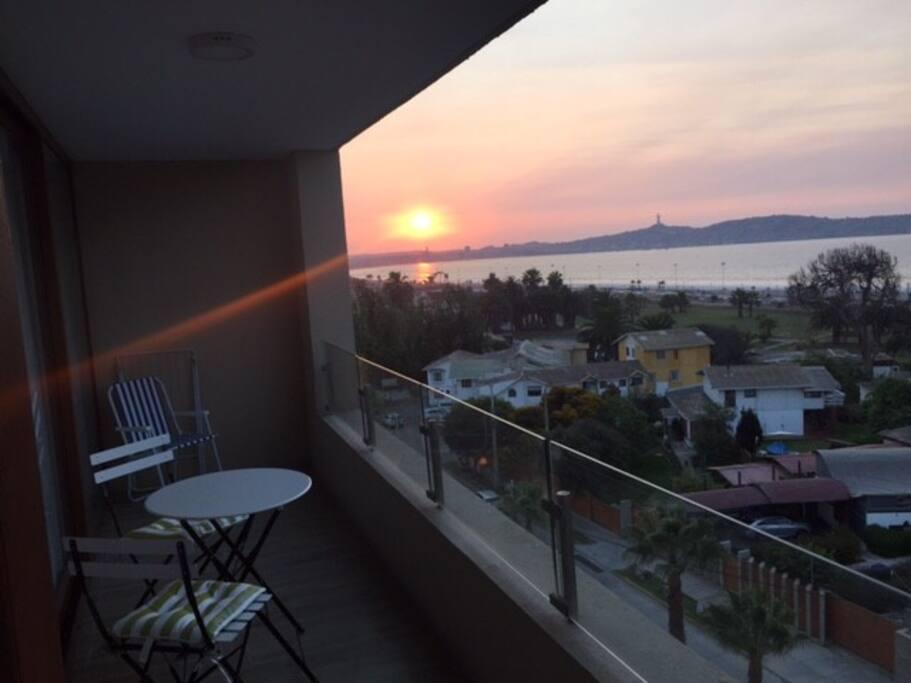 Hermosa vista panorámica de toda la bahía, con bellos atardeceres observados desde la terraza.