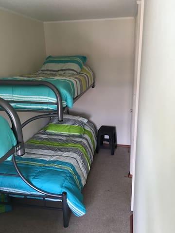 Dormitorio N°3 con 2 camarotes (4 camas de 1 plaza)
