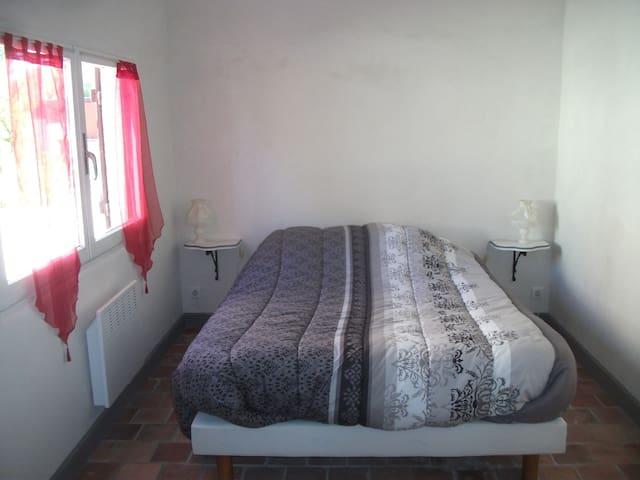 La chambre avec un grand lit de 140/200cm