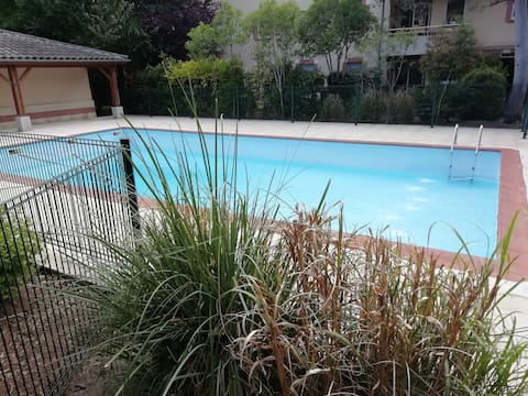1 Bed Apt with swimming pool < 10 mins to city