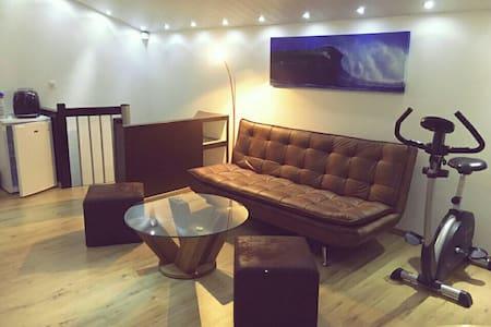 Studio cosy au centre de Couvet - Val-de-Travers - Gjestehus