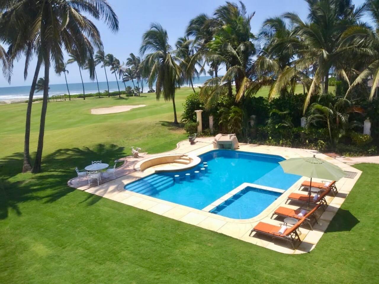 La piscina cuenta con chapoteadero para los niños. A tan solo unos pasos de la increíble playa!
