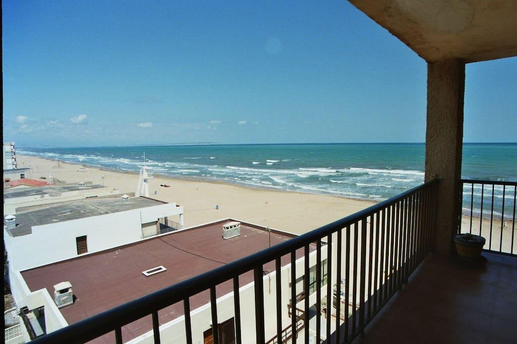 Blick vom Balkon auf den kilometerlangen Strand