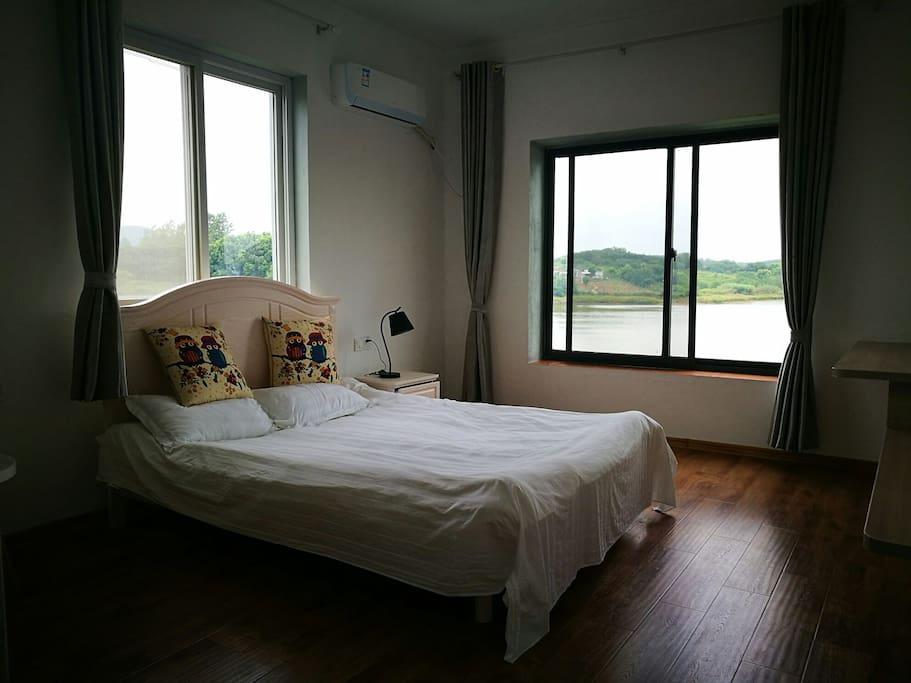 三楼是住宿区,有四间这样的客房,其中一间有独立卫生间,另外三间是公用卫生间。二楼还有一个卫生间。