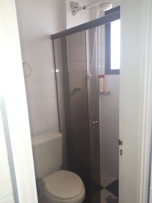 Banheiro completo da área de serviço