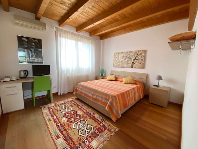 Camera doppia con bagno privato in villa moderna.