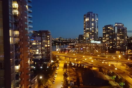 Yaletown highrise 2bed/bath suite with water view - Vancouver - Apartment