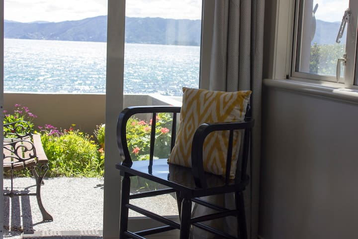 2 bdrm apt on sea front in Karaka Bay with garage