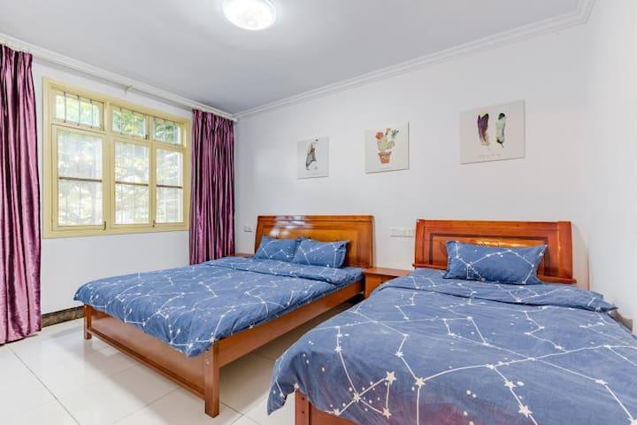 大房间,大床1.8米,小床1.2米