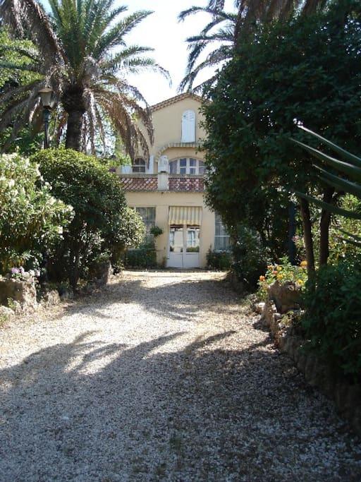 L 'allée et l'entrée principale de la villa.La chambre d'hôtes est accolée  à la villa sur la droite.Son entrée est indépendante.
