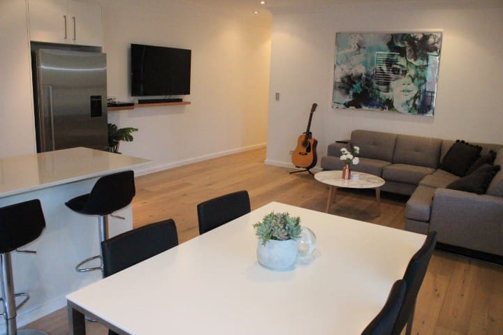 Spacious & Modern 2 bedroom Gymea Apartment