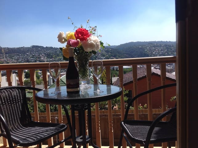 Bedroom with balcony close to city - East Launceston - Lejlighed