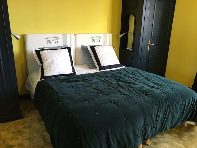 Chambre jaune lit 180 -king size