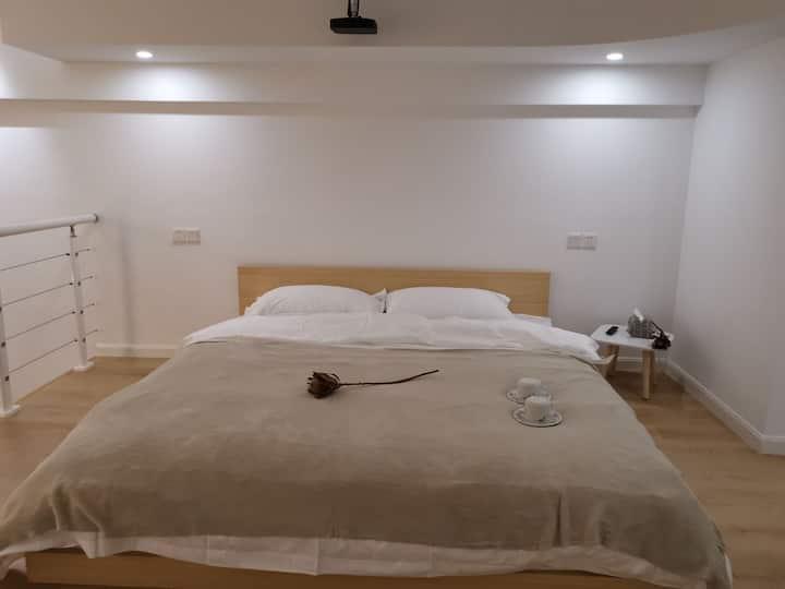 【素米+普白】,LOFT整套。柔软大床,娴静;超百寸投影,安逸。坐标杉杉IN象,近月河景区。