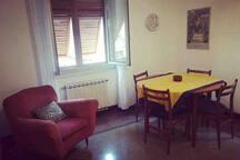 Il salotto è dotato di un tavolo rotondo con quattro sedie e una poltrona.