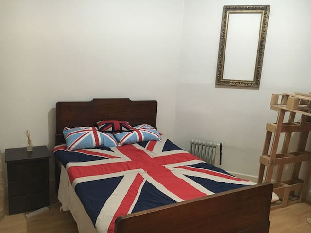 Double bed in COOLburg - Coburg North - Casa