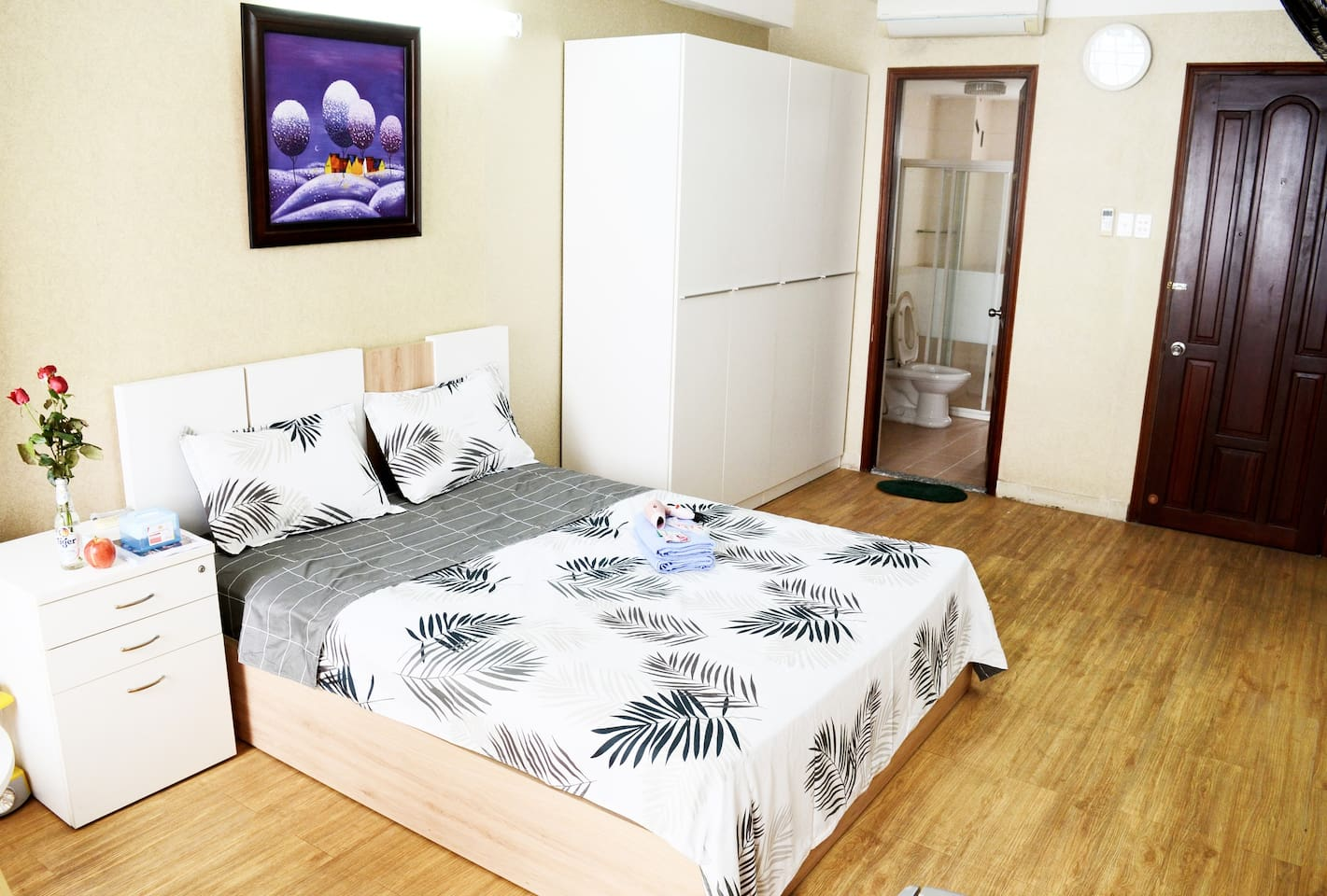 SuAn Balcony Studio with Seperate Kitchen has full furniture: Big Closet, Queen-size bed, Desk,Smart TV, A/C...
