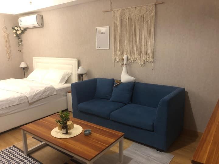 万达楼上 舒适小公寓,楼下餐厅 ,旁边濠河。附近宜家山姆大润发 房间设施齐全 酒店式管理