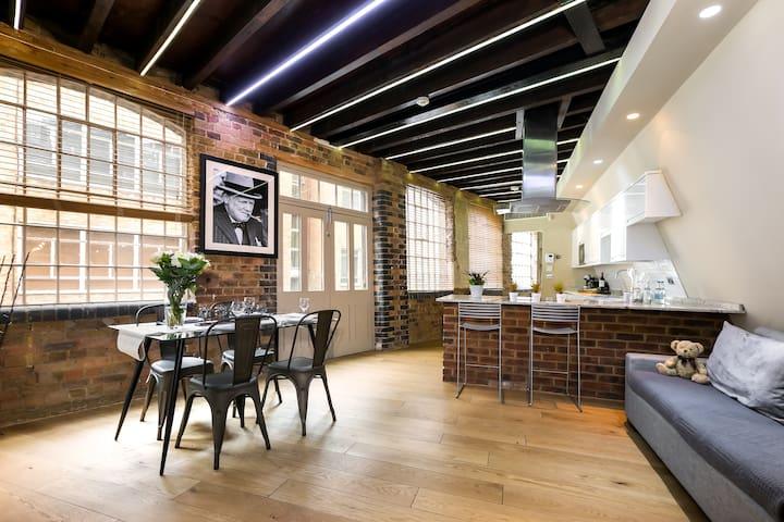 Wells Mews A - Brick & Wooden Floor