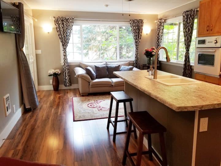 Modern Mountain Cottage - North Dunsmuir Getaway