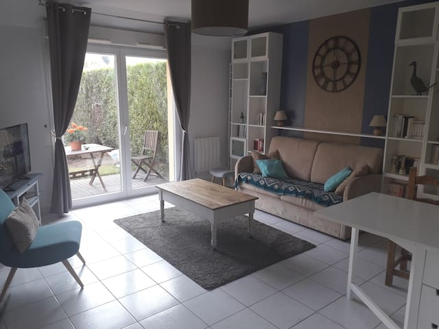 Salon avec canapé lit ( toilettes aux Rdv et à l étage)