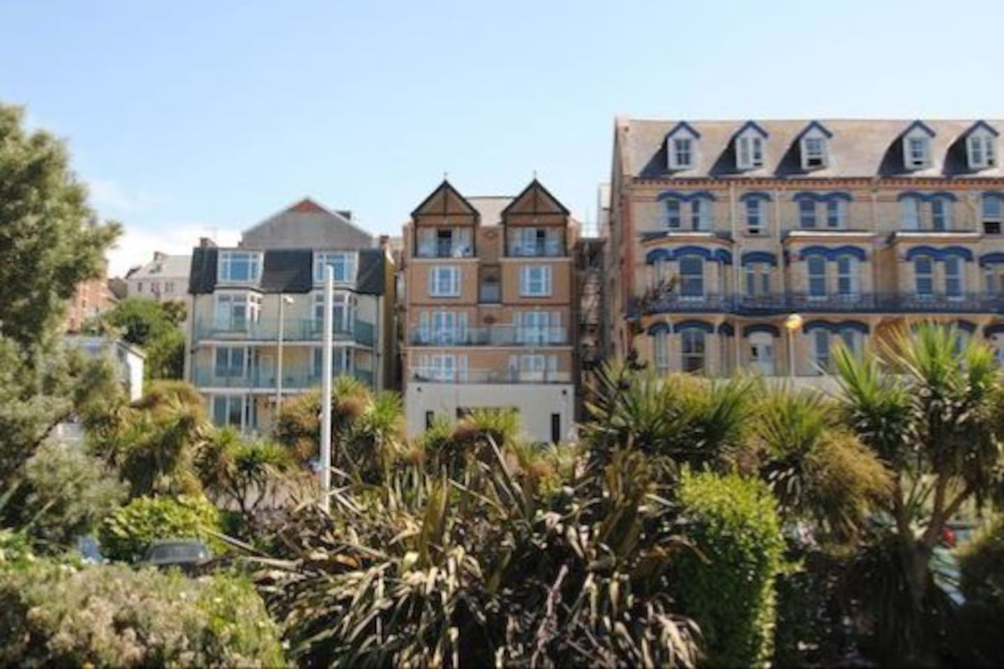 TOP FLOOR PENTHOUSE 4 BEDROOMED APARTMENT, SEA FRONT LOCATION , CLOSE TO ALL AMENITIES.