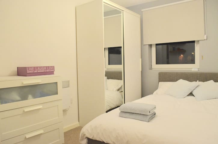 Double Room With Private Bathroom - Salford - Apartment