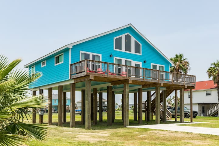 Charming beach house w/ deck - pool, playground, boat launch nearby