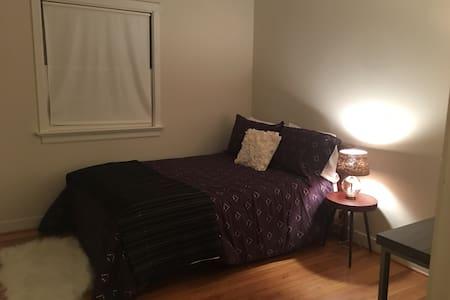 Quaint bedroom in brick house 2 - Williamsburg - Hus