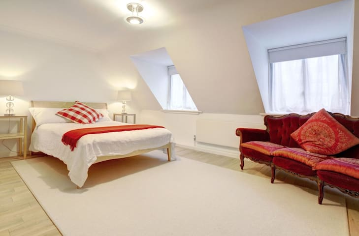 Large & light room with king bed, ensuite shower