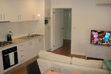 Newly built 2BR detached flat in quiet location - Evatt - Huis