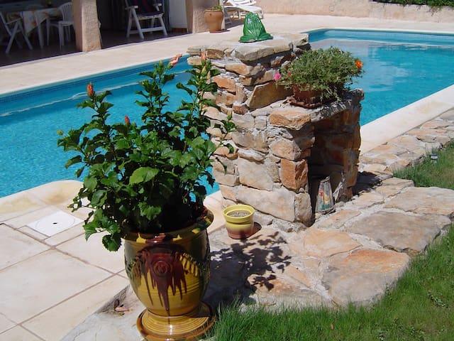 joli rez de chaussée dans villa avec piscine