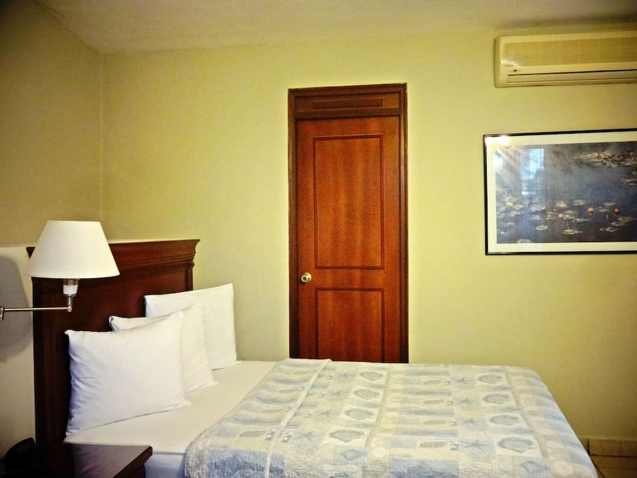 1 Single bedroom with private bathroom and A/C