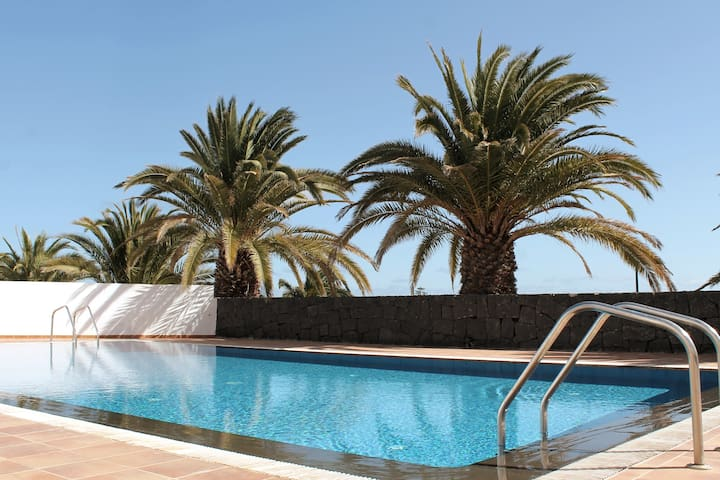 POOL, BEACH AND TRANQUILITY IN COSTA TEGUISE.