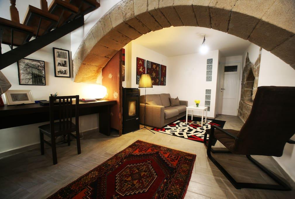 Piano terra con divano letto,poltrona e piccolo studio