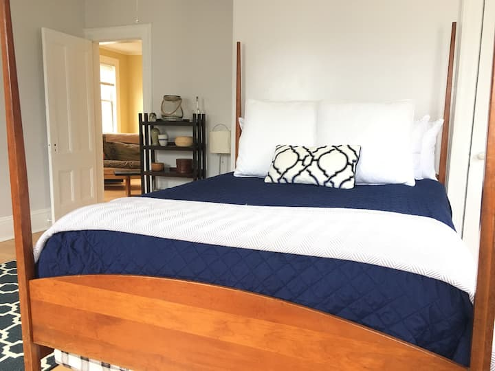 Clean, comfortable, convenient West End/ Old Port!