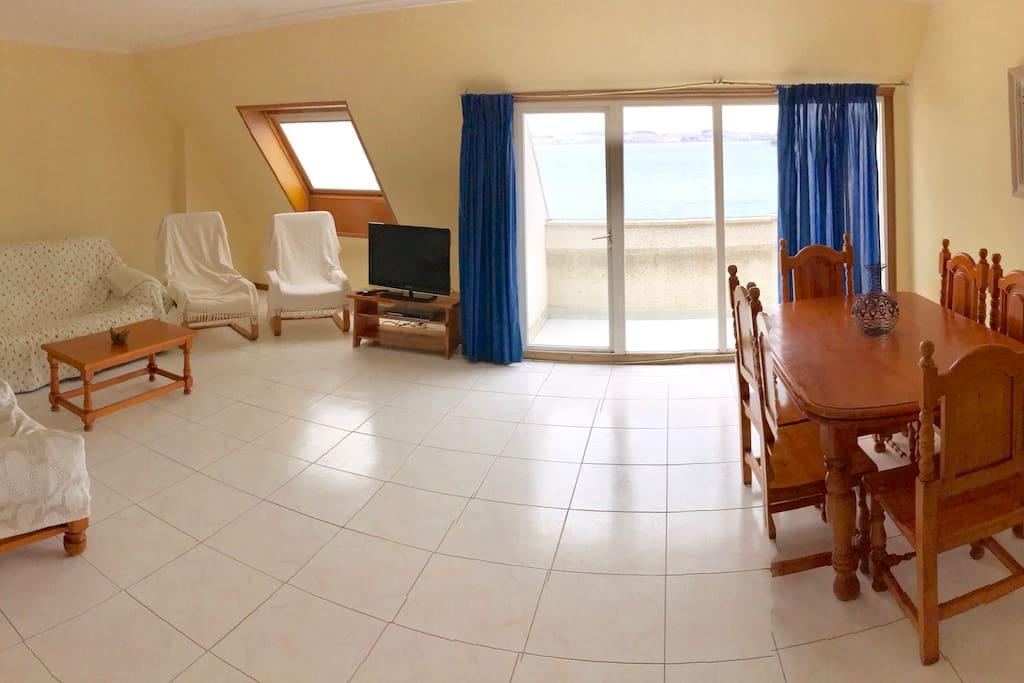 Salón con balcón y vistas al mar