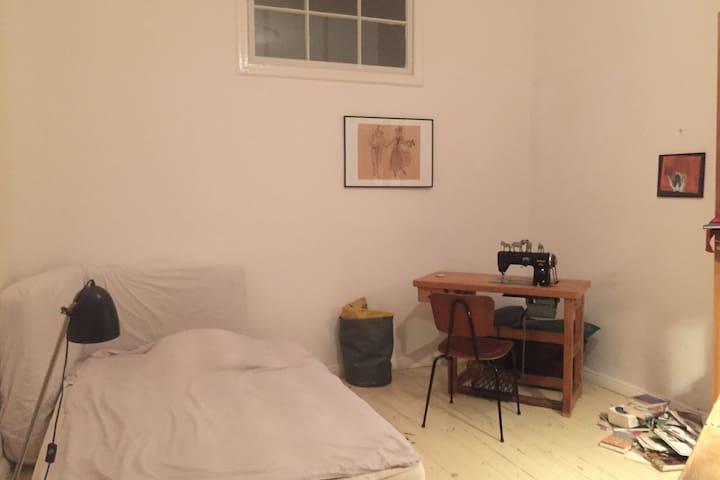 Helles Zimmer auf der Sonnenallee