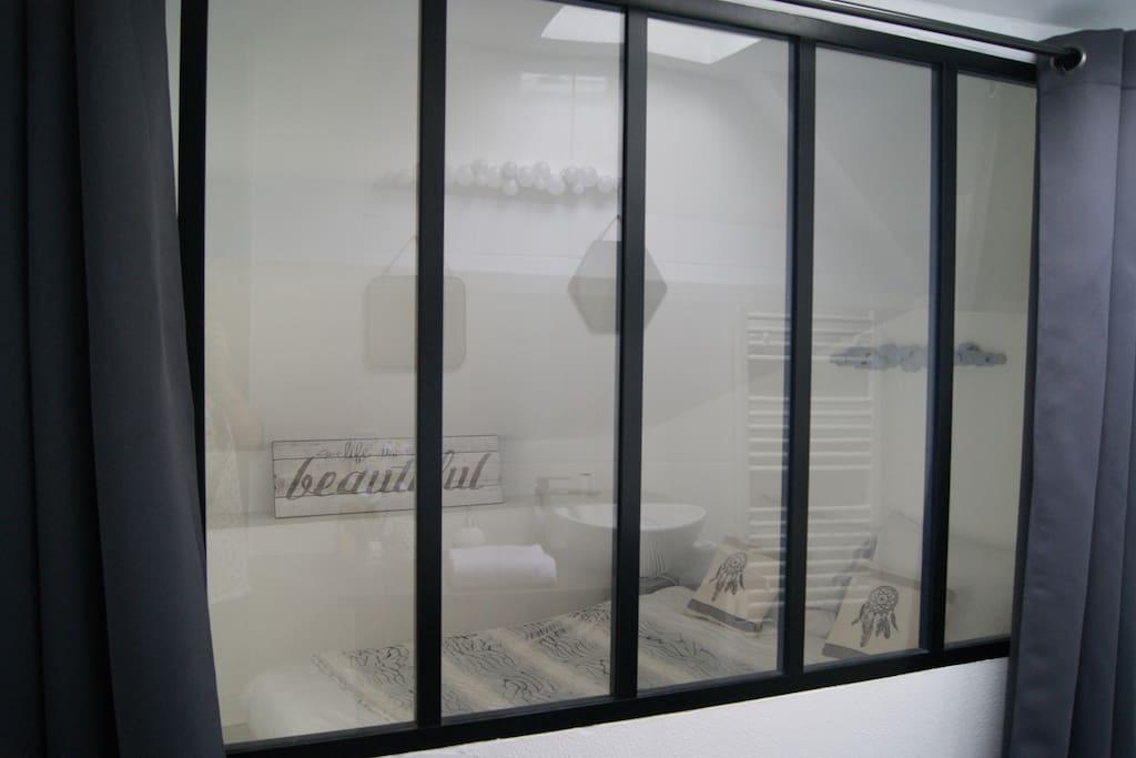 Verrière entre SDB et chambre / Window between bedroom and bathroom