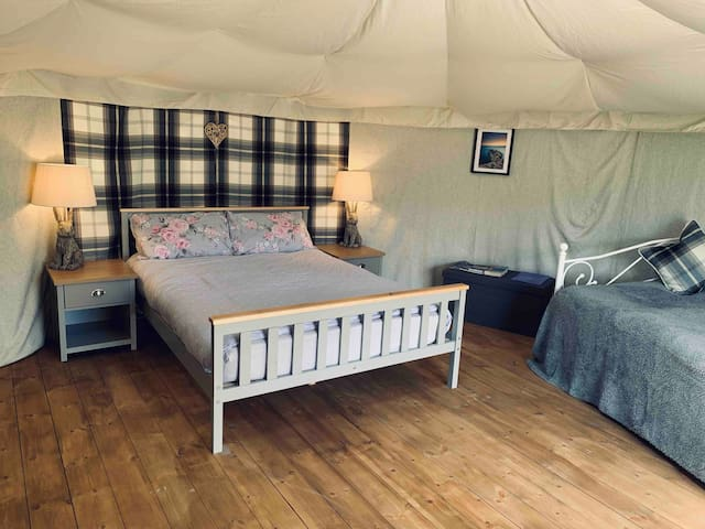 'Glyder' glamping yurt. Perfect base for Snowdonia