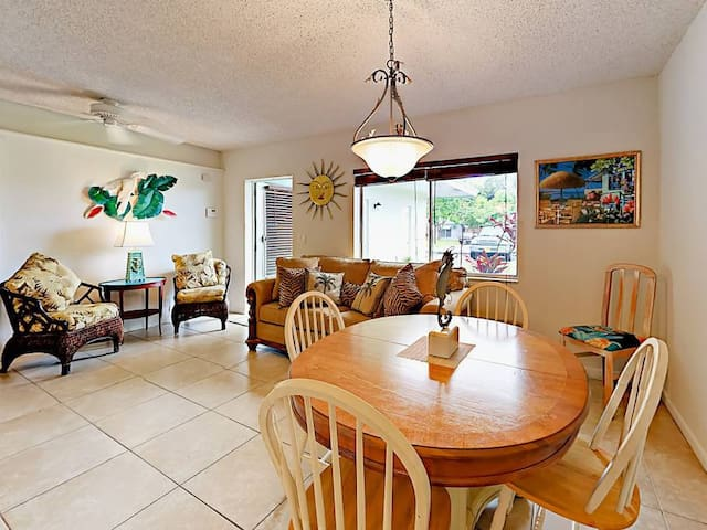 Tropical themed Beach apartment- 1 mile from Beach