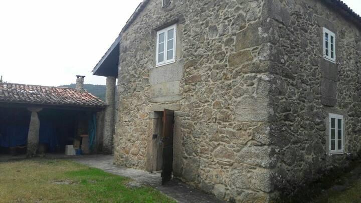 Casa rural cerca de la costa, montaña y río
