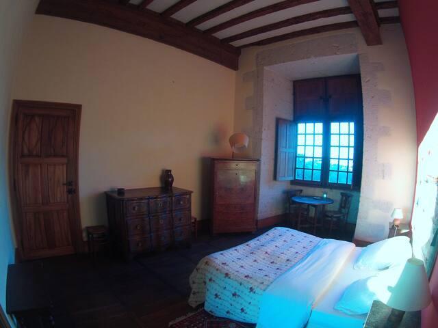 une chambre dans un chateau de dordogne