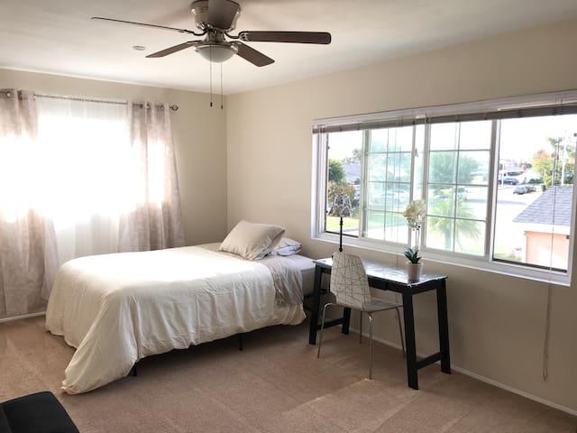 Spacious Downey Room with Views: Casa De Mari 5