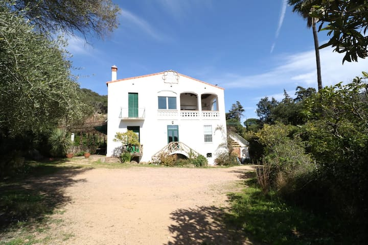 1/3Modernist house with garden 5 ´to the Beach.